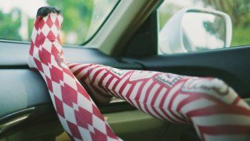 Colocar los pies en el panel del auto