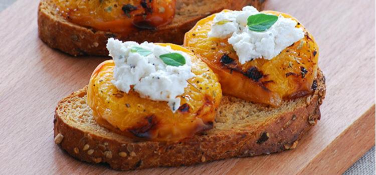 Tostas de albaricoques asados con queso de cabra Recetas con frutas