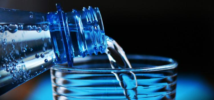 curar una olla de barro agua
