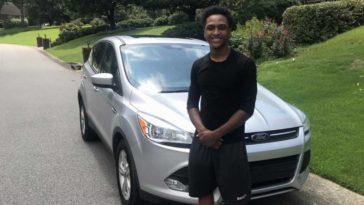 joven recibe un auto de regalo